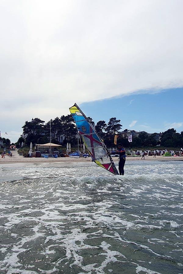 Am Strand in Binz ein Surfboard leihen